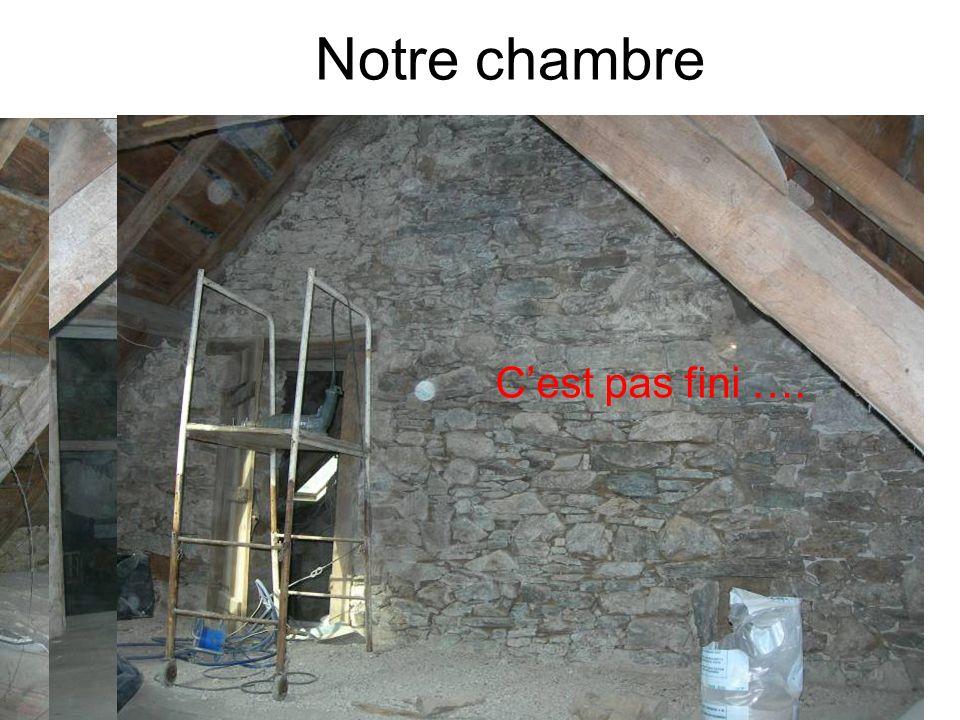 Notre chambre Inutiles depuis la réparation du toit !! Cest pas fini ….