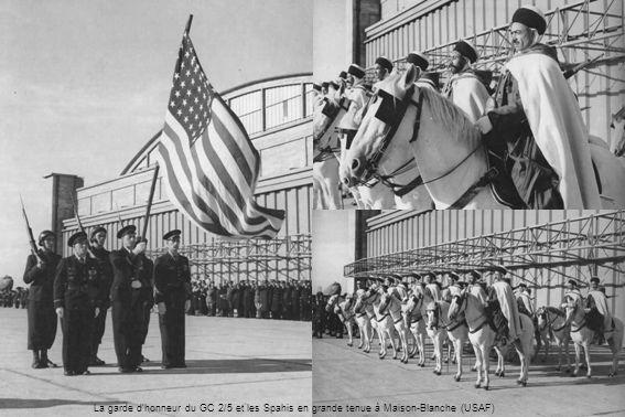 La garde dhonneur du GC 2/5 et les Spahis en grande tenue à Maison-Blanche (USAF)