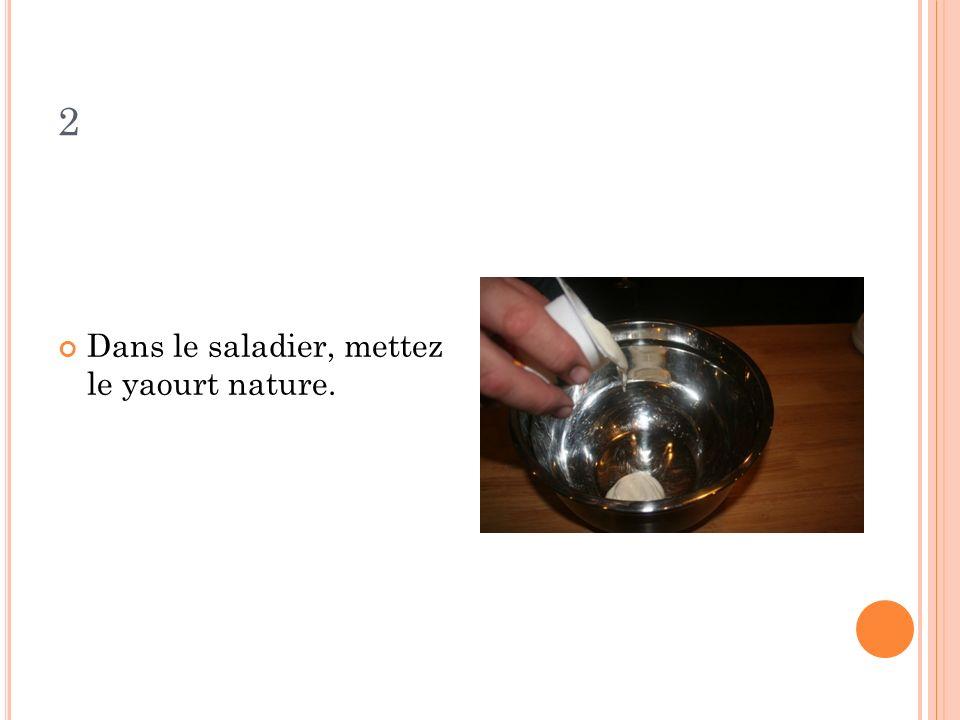 2 Dans le saladier, mettez le yaourt nature.