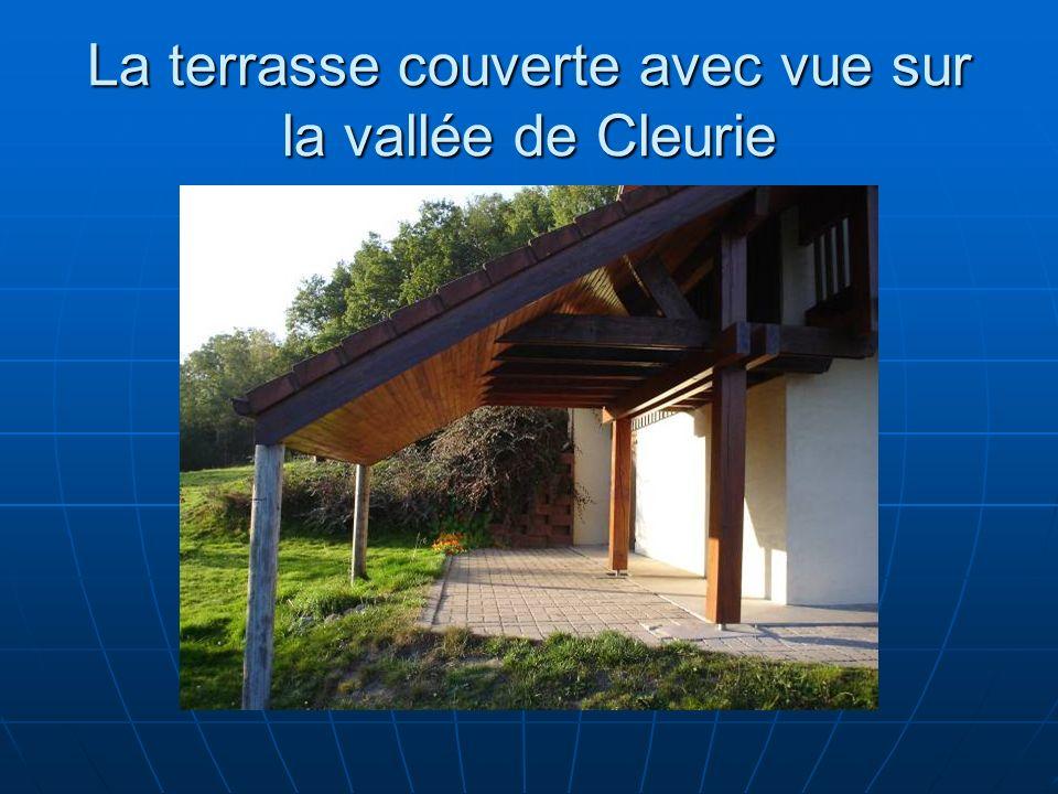 La terrasse couverte avec vue sur la vallée de Cleurie