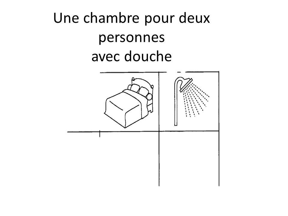 Une chambre pour deux personnes avec douche