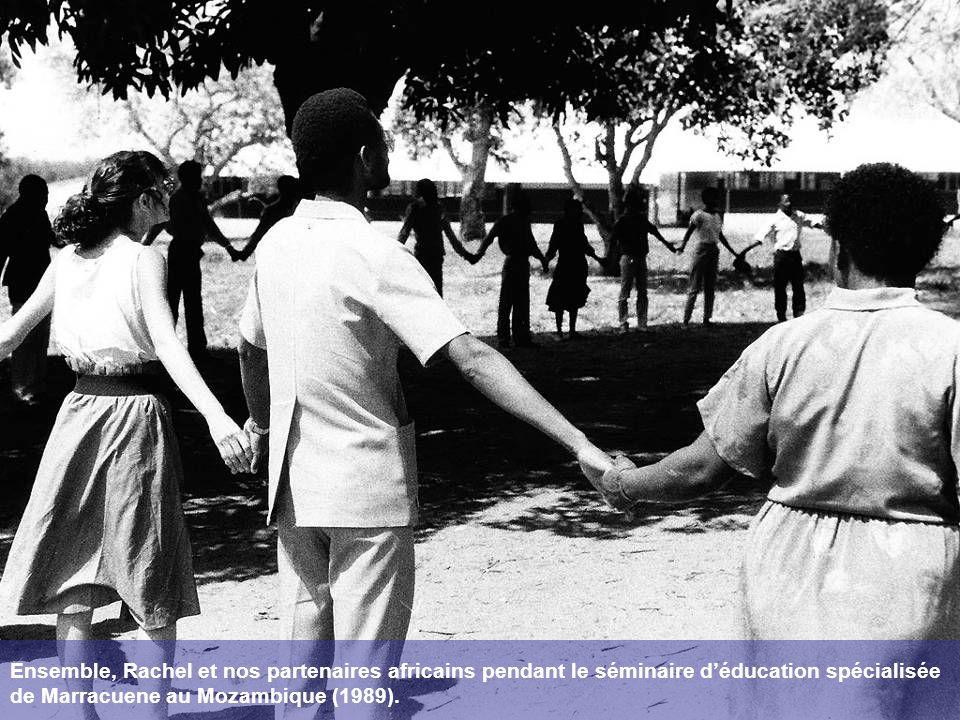 Ensemble, Rachel et nos partenaires africains pendant le séminaire déducation spécialisée de Marracuene au Mozambique (1989).