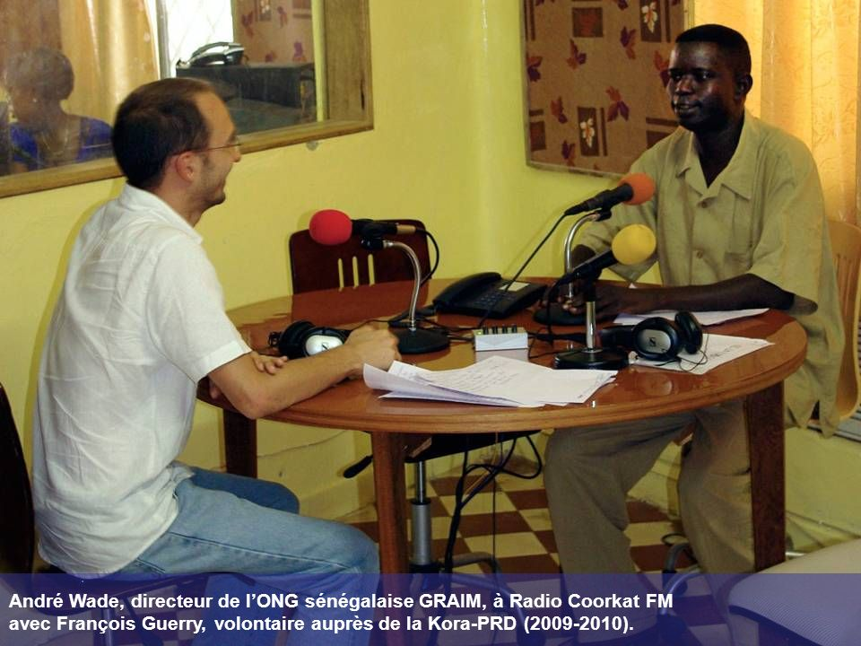 André Wade, directeur de lONG sénégalaise GRAIM, à Radio Coorkat FM avec François Guerry, volontaire auprès de la Kora-PRD (2009-2010).