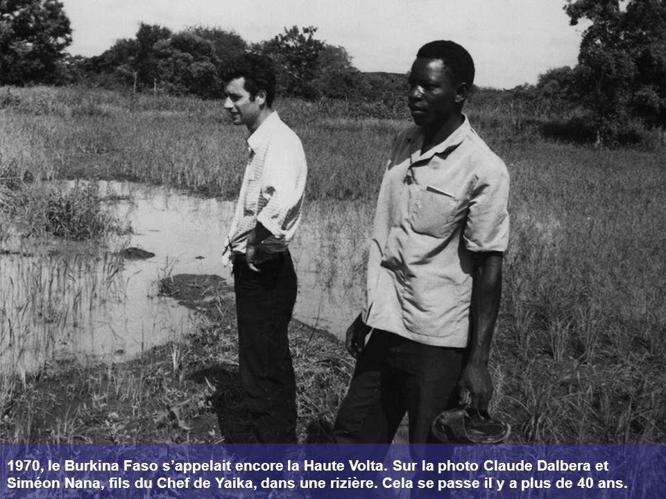 1970, le Burkina Faso sappelait encore la Haute Volta. Sur la photo Claude Dalbera et Siméon Nana, fils du Chef de Yaika, dans une rizière. Cela se pa