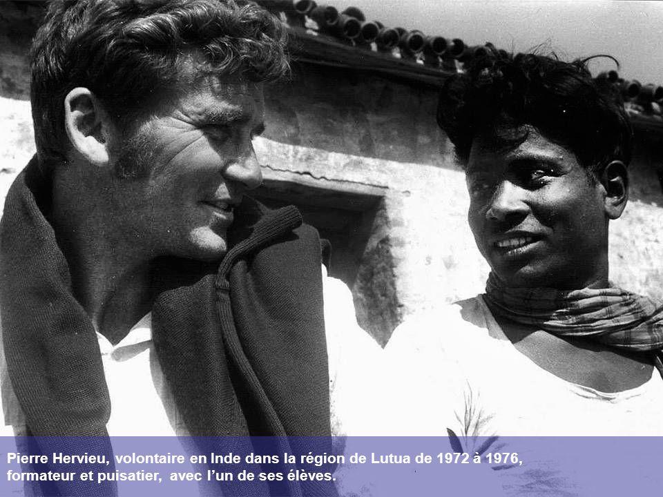 Pierre Hervieu, volontaire en Inde dans la région de Lutua de 1972 à 1976, formateur et puisatier, avec lun de ses élèves.