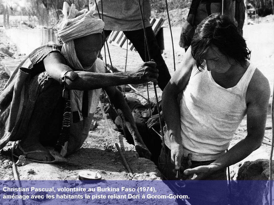 Christian Pascual, volontaire au Burkina Faso (1974), aménage avec les habitants la piste reliant Dori à Gorom-Gorom.