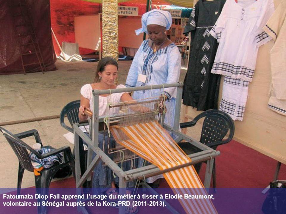 Fatoumata Diop Fall apprend lusage du métier à tisser à Elodie Beaumont, volontaire au Sénégal auprès de la Kora-PRD (2011-2013).