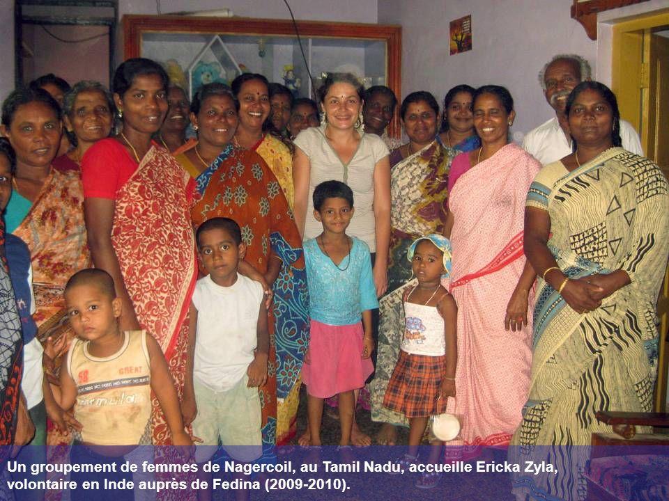 Un groupement de femmes de Nagercoil, au Tamil Nadu, accueille Ericka Zyla, volontaire en Inde auprès de Fedina (2009-2010).