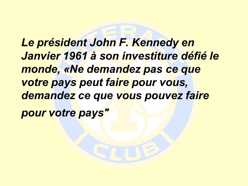 Le président John F. Kennedy en Janvier 1961 à son investiture défié le monde, «Ne demandez pas ce que votre pays peut faire pour vous, demandez ce qu