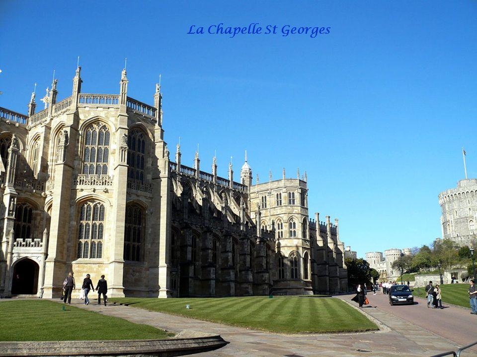 Lordre de la Jarretière Elizabeth II, souveraine de l'ordre de la Jarretière. Les membres de lordre se réunissent au château de Windsor tous les ans a