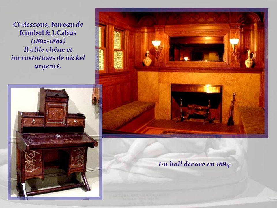 Un autre salon de style Rococo Revival, datant du milieu du XIXe siècle. meublé par John Henry Belter pour Richard et Gloria Manney. Ci-dessus, cabine