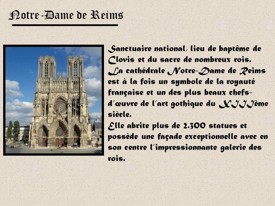 Son immense façade est encadrée par deux impressionnantes tours : la tour Saint-Romain à gauche, la tour de Beurre à droite. Elle a servi de modèle à