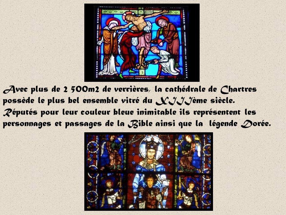 Dotée de neufs portails, la cathédrale compte plus de 4000 figures sculptées sur ses façades. Aujourdhui admirées pour leur qualité artistique, ces st