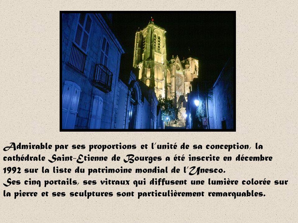 Particularité: le pélican de la cathédrale Sil nest pas rare de voir des coqs au sommet des clochers des églises, la cathédrale de Bourges est sans do