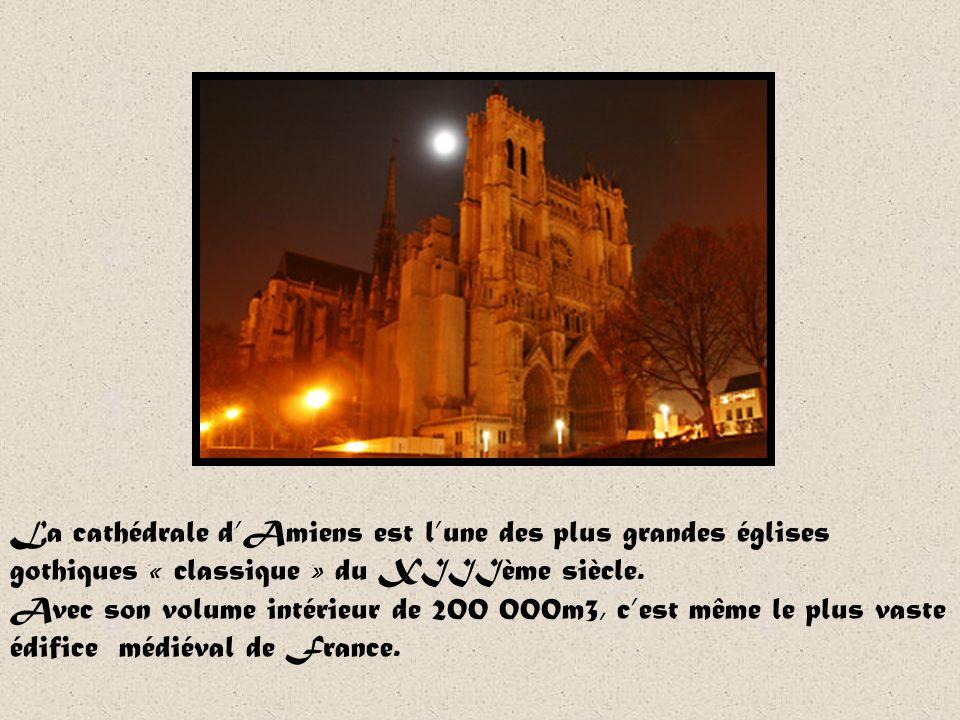 Notre-Dame dAmiens Commencée en 1220, la cathédrale fut construite en un temps record sous les ordres de Robert de Luzarches et Thomas de Cormont. Cet
