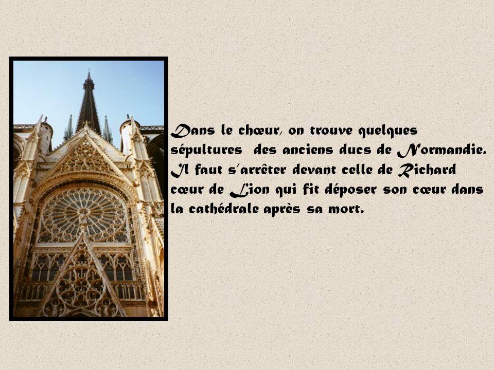 Notre-Dame de Rouen En 1145, larchevêque Hugues dAmiens décide de remplacer la cathédrale romane en bois par une cathédrale de pierre. La cathédrale e