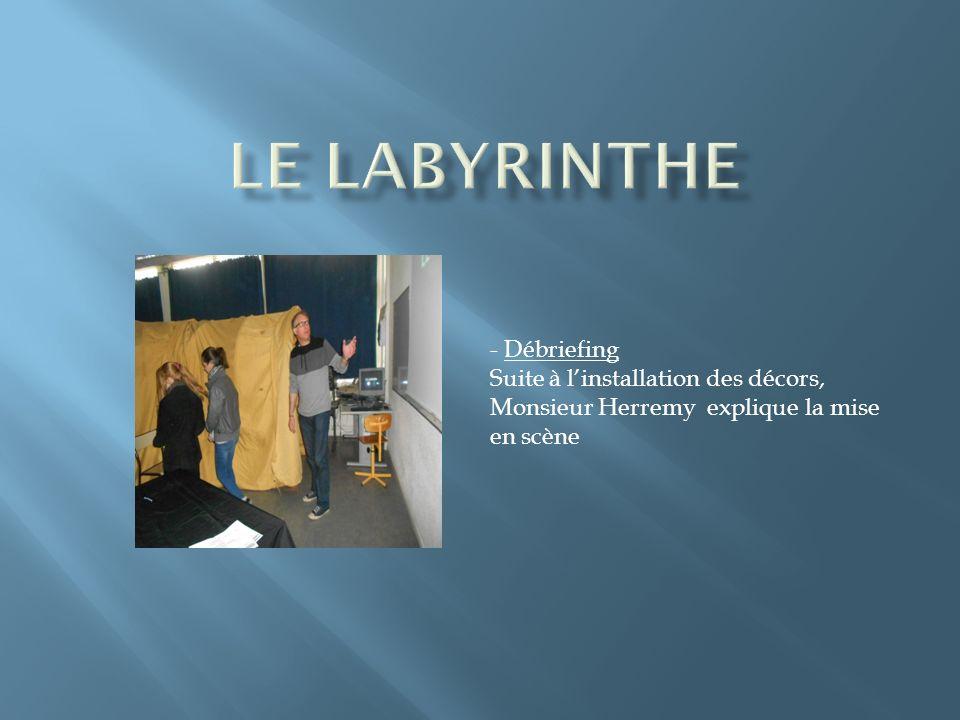 - Débriefing Suite à linstallation des décors, Monsieur Herremy explique la mise en scène