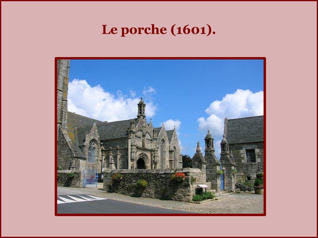 L imposante toiture de l église.
