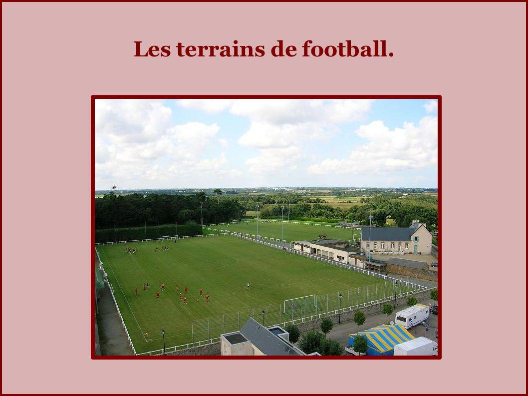 Les terrains de football.