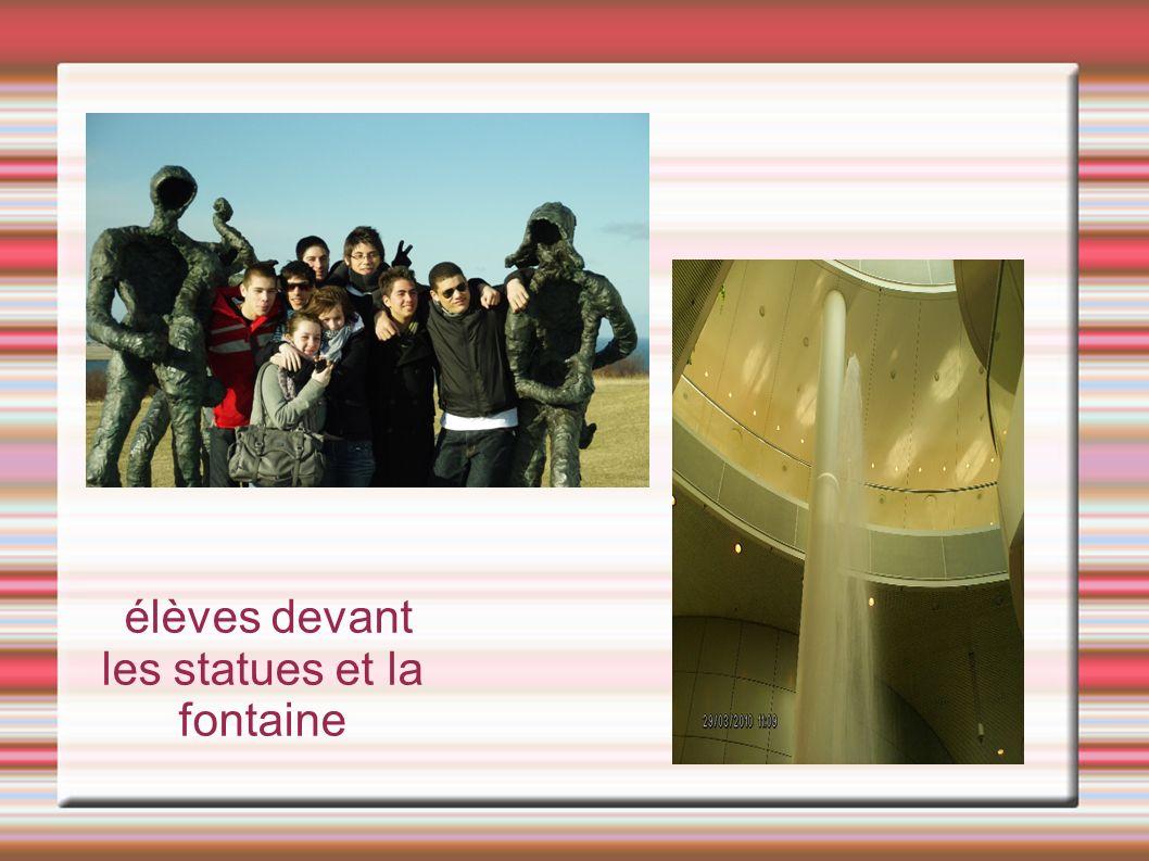élèves devant les statues et la fontaine
