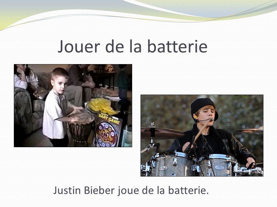 Jouer de la batterie Justin Bieber joue de la batterie.