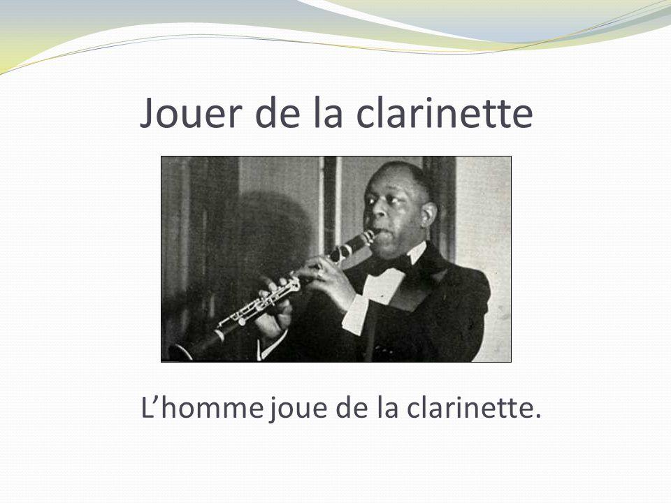 Jouer de la clarinette Lhomme joue de la clarinette.