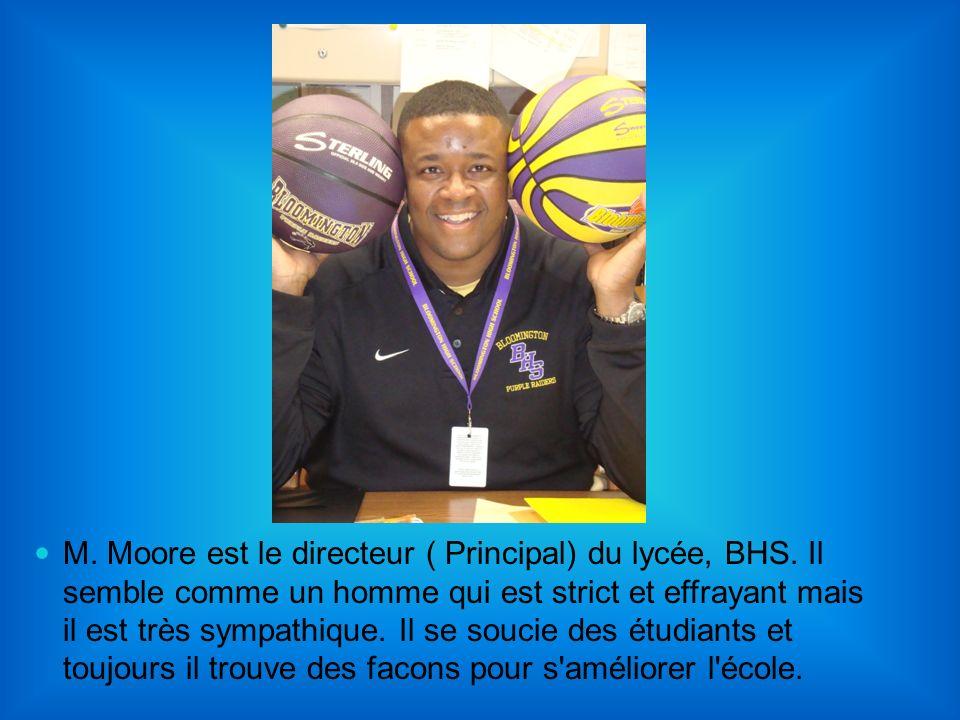 M. Moore est le directeur ( Principal) du lycée, BHS. Il semble comme un homme qui est strict et effrayant mais il est très sympathique. Il se soucie