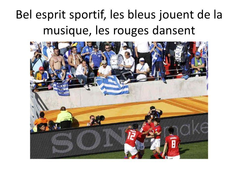 Bel esprit sportif, les bleus jouent de la musique, les rouges dansent