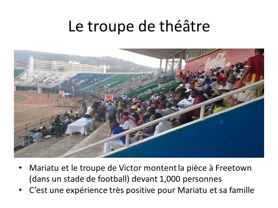 Le troupe de théâtre Mariatu et le troupe de Victor montent la pièce à Freetown (dans un stade de football) devant 1,000 personnes Cest une expérience très positive pour Mariatu et sa famille