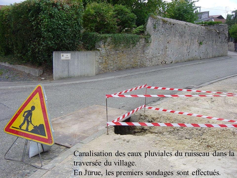 Canalisation des eaux pluviales du ruisseau dans la traversée du village. En Jurue, les premiers sondages sont effectués.