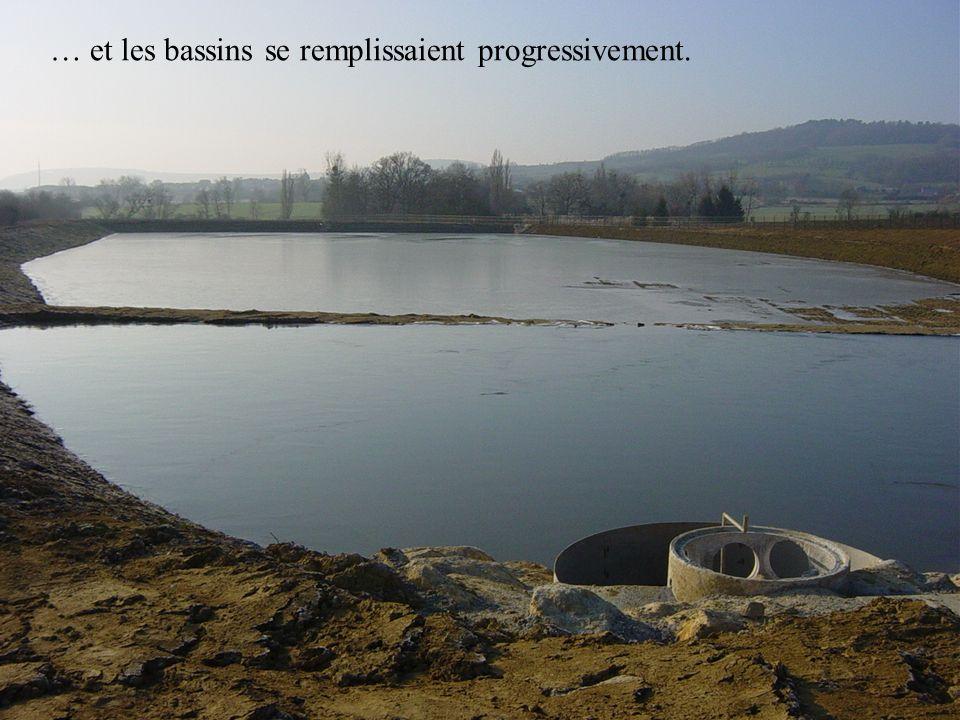 Sur le terrain, le relevé de niveaux et le tracé des futures canalisations sont repérés.