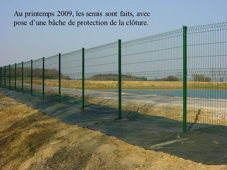 Au printemps 2009, les semis sont faits, avec pose dune bâche de protection de la clôture.