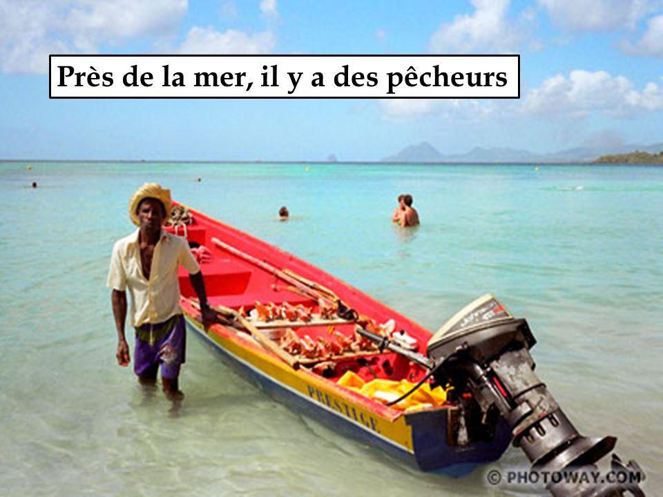 Près de la mer, il y a des pêcheurs