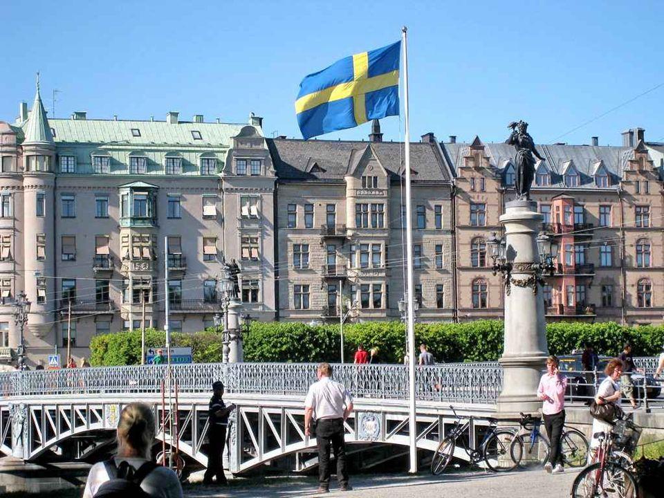 La Suède (Sverige (IPA : / sv̥æɹʝə/) en suédois), « Royaume de Suède » pour les usages officiels, (Konungariket Sverige Konungariket Sverige [ˈko:.nɵ.ŋa.ˌri:.kət ˈsvær:.jə]), est un pays du nord de l Europe qui fait partie de la Scandinavie.