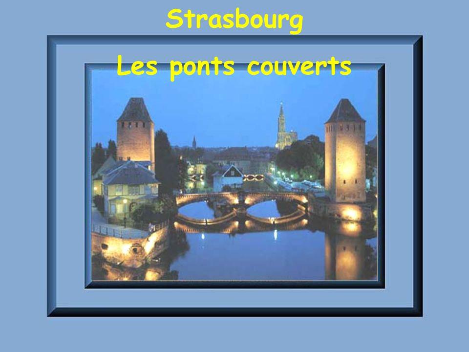 Le vieux Strasbourg au premier plan, les ponts couverts Strasbourg la Petite France rue de Bain aux Plantes