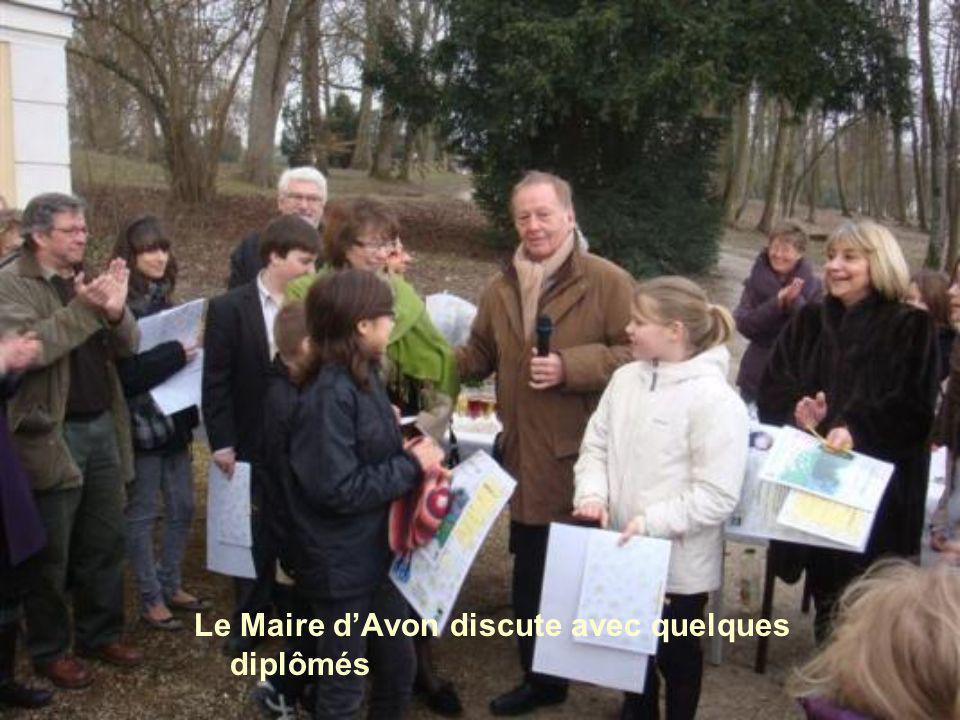 Tous les gagnants sont réunis... Le monsieur avec l'écharpe beige (c'est le Maire de la Ville d'Avon )...