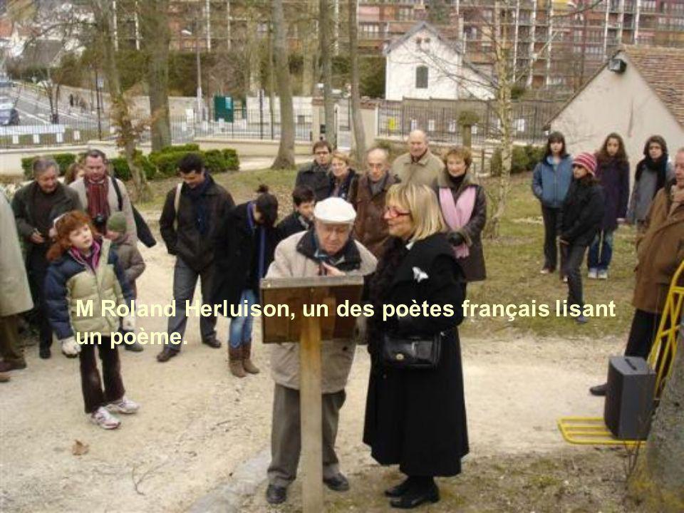 M Roland Herluison, un des poètes français lisant un poème.