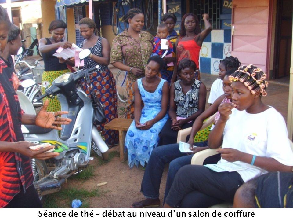 Séance de thé – débat au niveau dun salon de coiffure