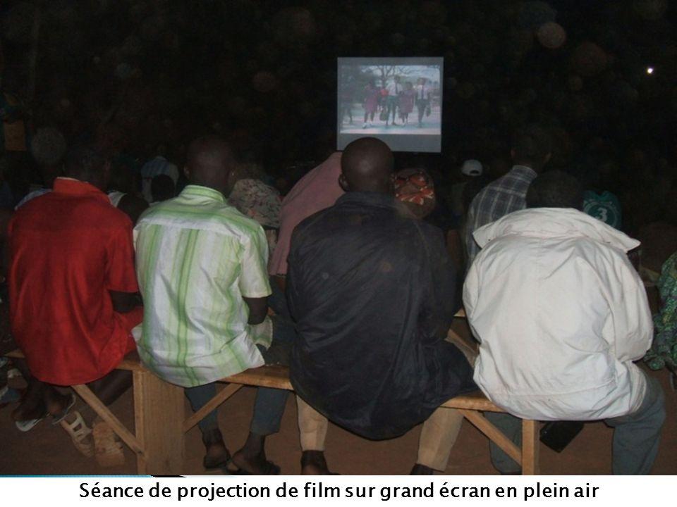 Séance de projection de film sur grand écran en plein air