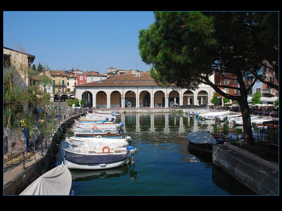 Le petit port, un bijou, avec au fond la Place Malvezzi