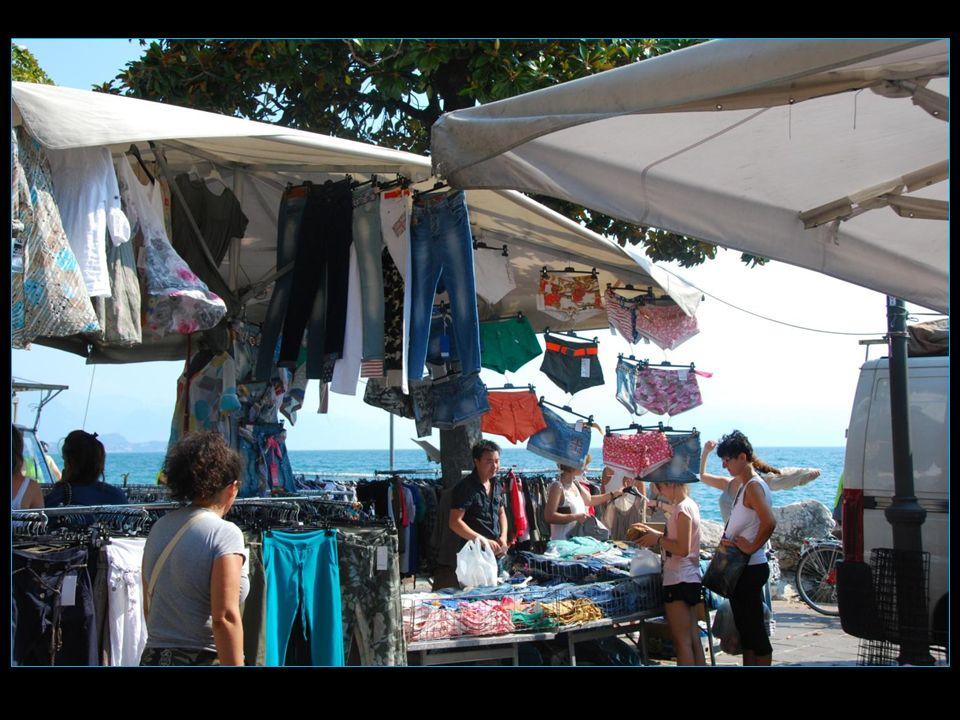 Le mardi cest le jour du marché qui sétend le long des quais sur 3 km environ