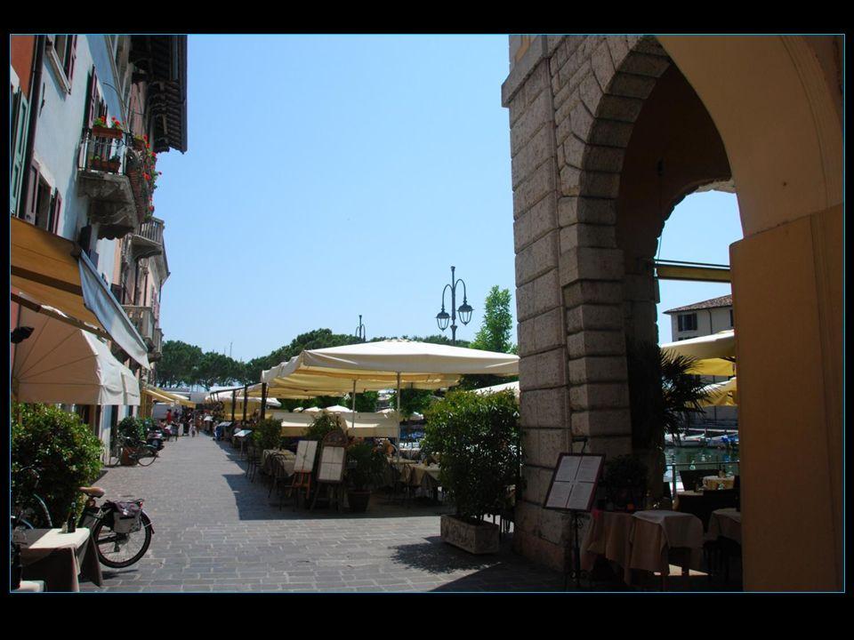 Le petit port entouré de terrasses très accueillantes