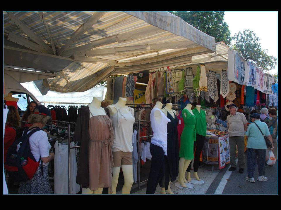 Tous les mardis à Desenzano est préparé encore le marché