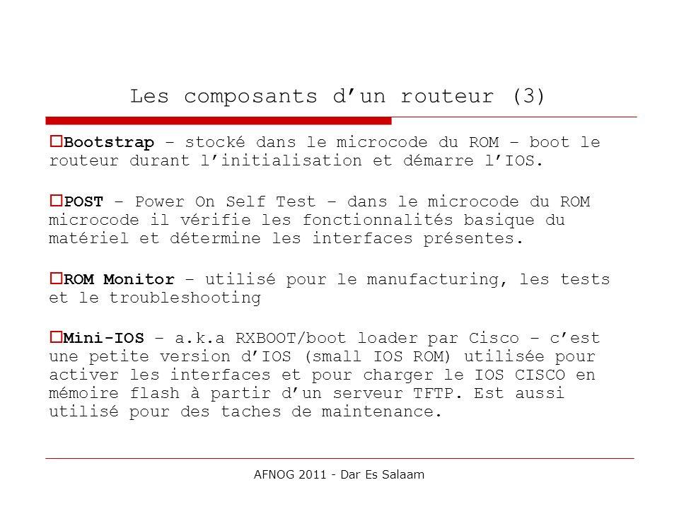 Les composants dun routeur (3) Bootstrap – stocké dans le microcode du ROM – boot le routeur durant linitialisation et démarre lIOS. POST – Power On S