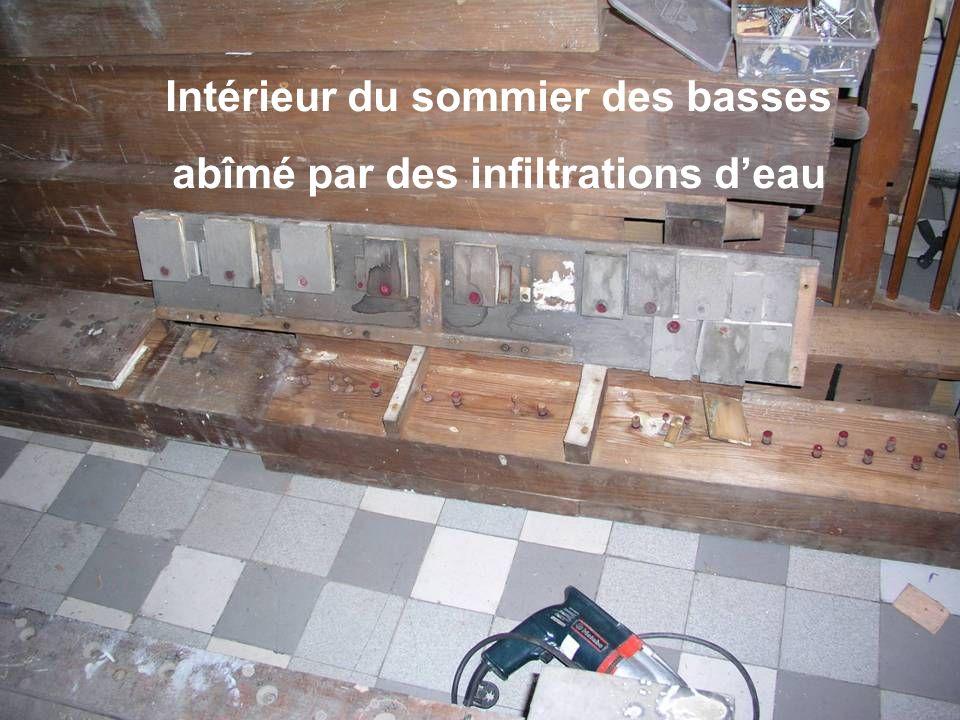 Intérieur du sommier des basses abîmé par des infiltrations deau