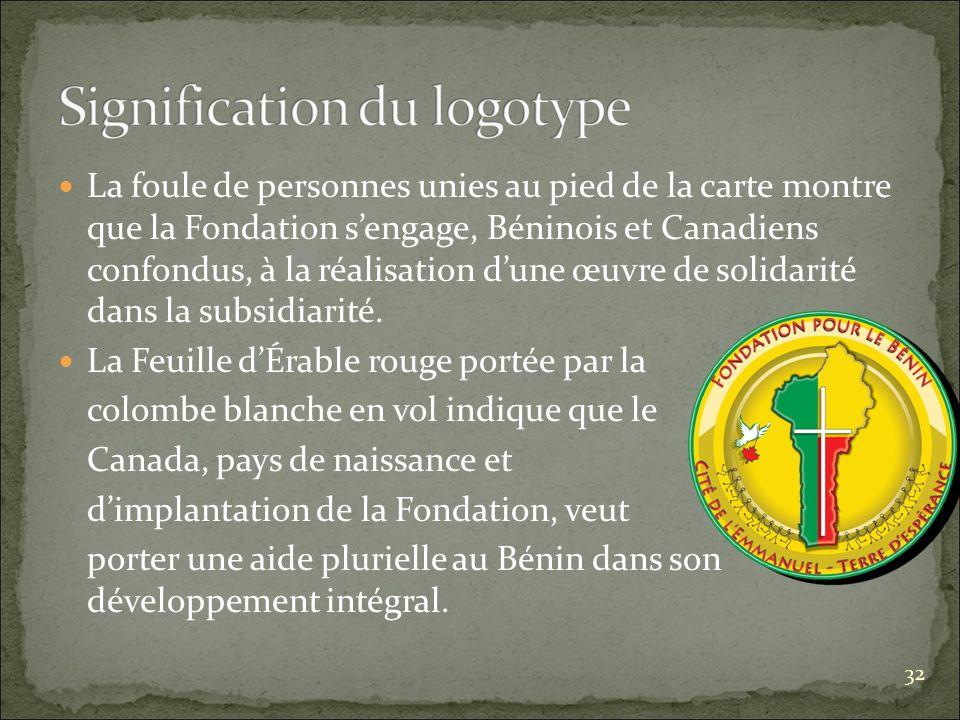 La foule de personnes unies au pied de la carte montre que la Fondation sengage, Béninois et Canadiens confondus, à la réalisation dune œuvre de solidarité dans la subsidiarité.