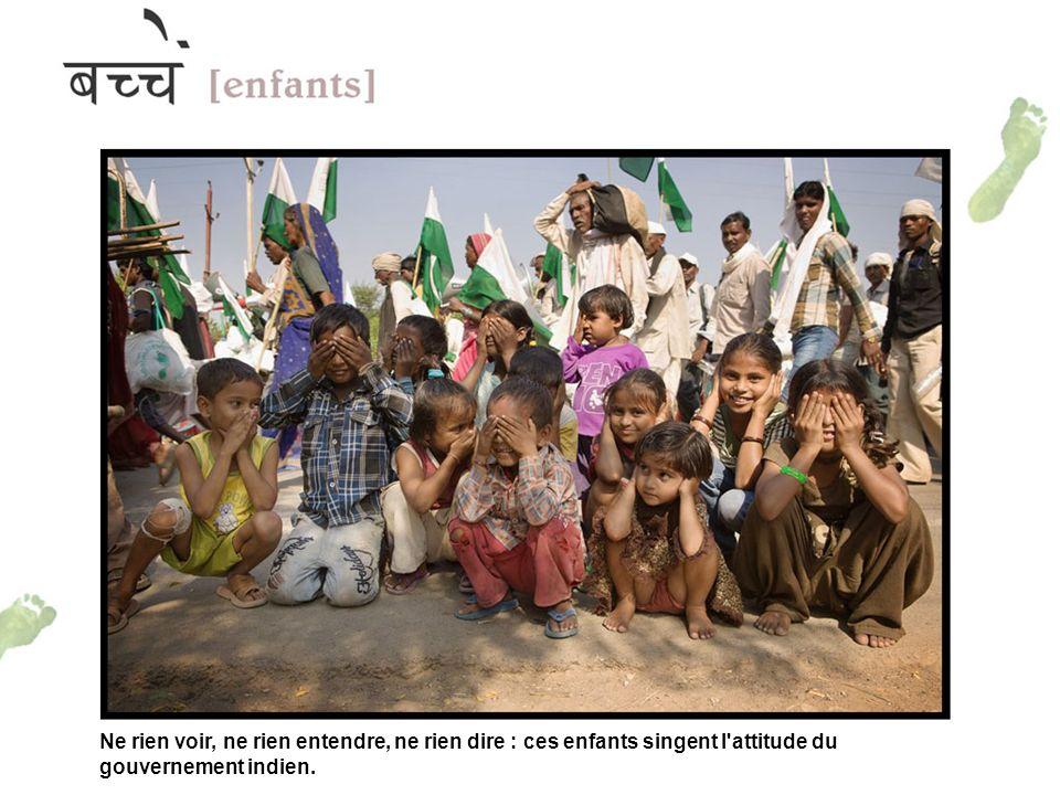 Ne rien voir, ne rien entendre, ne rien dire : ces enfants singent l attitude du gouvernement indien.