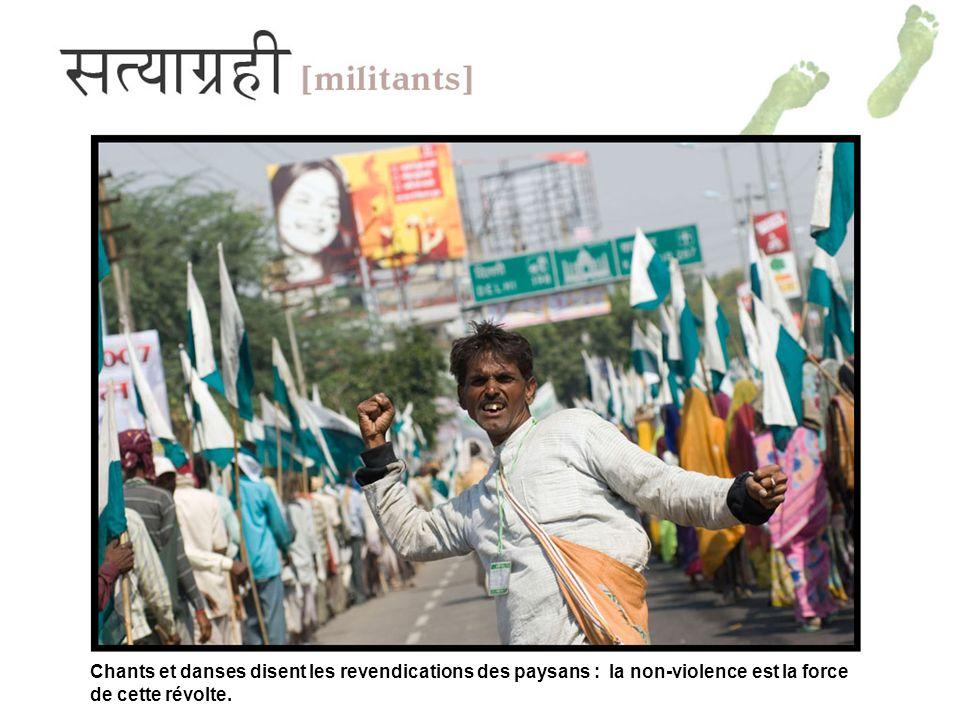 Chants et danses disent les revendications des paysans : la non-violence est la force de cette révolte.