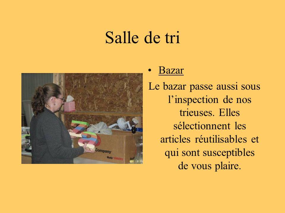 Salle de tri Bazar Le bazar passe aussi sous linspection de nos trieuses. Elles sélectionnent les articles réutilisables et qui sont susceptibles de v