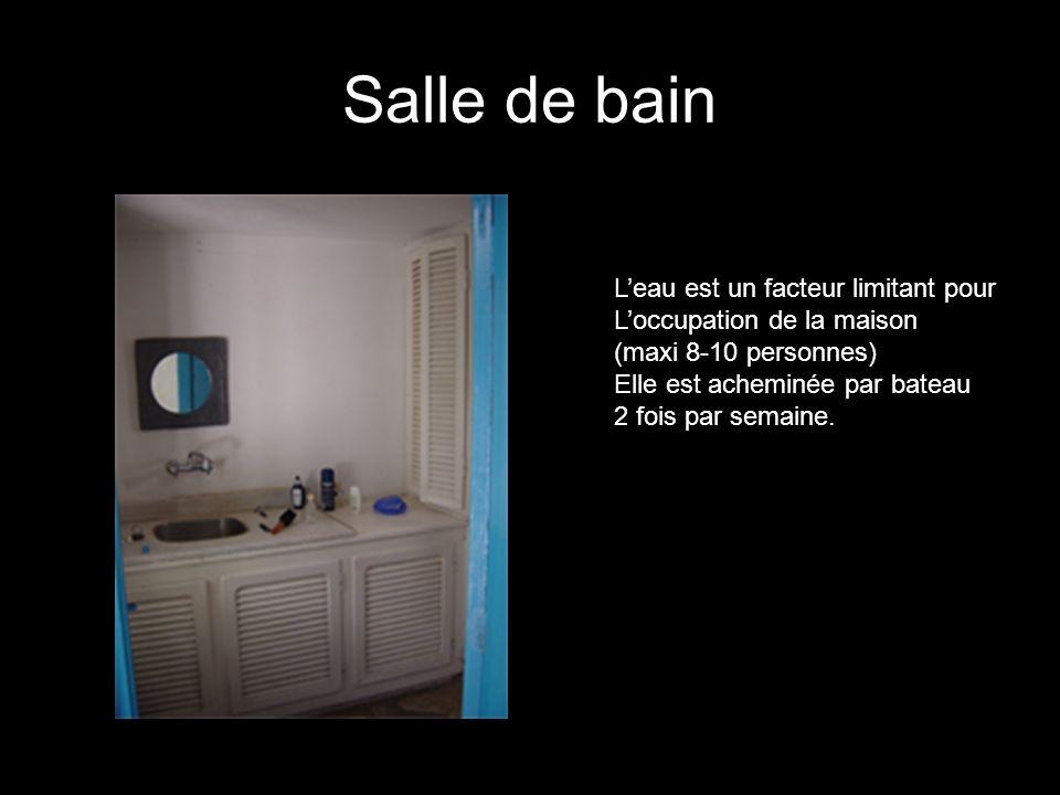 Salle de bain Leau est un facteur limitant pour Loccupation de la maison (maxi 8-10 personnes) Elle est acheminée par bateau 2 fois par semaine.